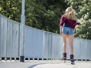 Frau, 22 Jahre, beim Inline Skaten