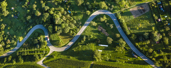 Luftaufnahme, Straßenserpentinen durch ländliche Gegend in Schnait, Remstal, Baden Württemberg, Deutschland