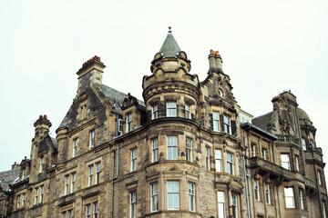 Construcción palaciega escocesa, propia de los siglos XVII i XIX, hechas de piedra con mucha ornamentación.