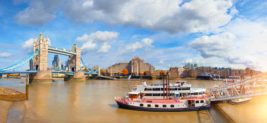 Fototapete - Panoramic image of Tower Bridge in London in Fall