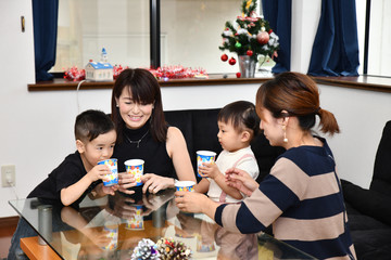 日本のクリスマスを楽しむ2組の母と子供たち