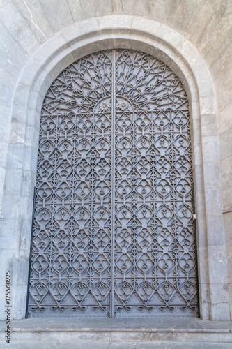 Metalltür große metalltür einer kirche auf mallorca stock photo and royalty