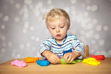 mit Knete spielen
