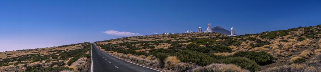 Bergstraße am Observatorium auf Teneriffa mit dem Vulkan Teide im Hintergrund als Panoramafoto