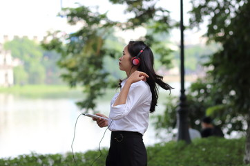 スマートフォンで音楽を聴く若い女性