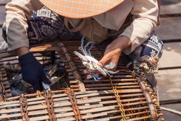 Kambodscha, Kep, Krabbenmarkt, Fischer beim Krabbenverkauf auf dem Krabbenmarkt