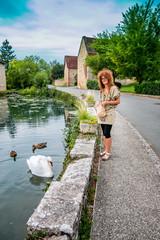 Femme au bord de l'étang dans l'Aveyron