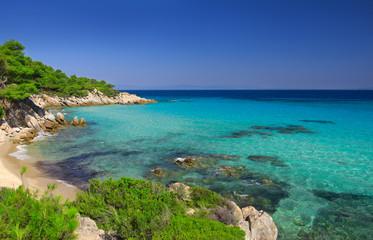 Sea shore under clear sky Fototapete