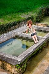 Femme sur le vieux lavoir dans l'Aveyron