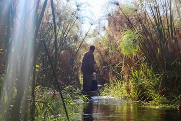 Botswana, Okavango Delta, Mokorofahrt durch ein Schilflabyrinth, ein Mokoro ist ein etwa vier Meter langes Einbaum-Boot