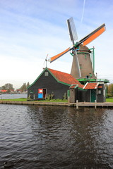 Autocollant pour porte Moulins Traditional Dutch windmill on the water channel. Zaandam, the Netherlands.