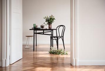Esstisch mit Blumen in Altbauwohnung