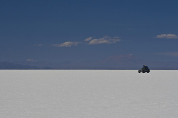 Cross-country vehicle on Salar de Uyuni, Uyuni, Bolivia, South America