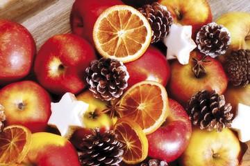 Apples, cinnamon stars and pine cones
