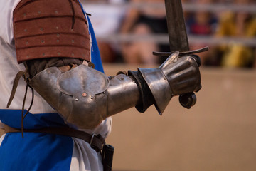 Foto op Plexiglas A medieval warrior in armor stands on the arena.