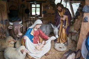 Декоративная гипсовая скульптура рождественской сцены.