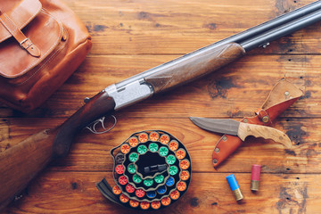 Foto op Aluminium Jacht Hunting equipment. Shotgun, hunting cartridges and hunting knife on wooden table.