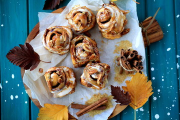Cinnamon roll buns with caramel and pecan nuts