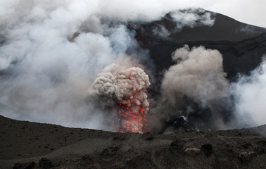 Fotobehang Vulkaan Volcanic erruption - Mount Yasur - Tanna Island Vanuatu. This volcano on the small tropical island is one of the most accesible in the world. It is a popular tourist destination in Vanuatu.