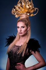 Goldenes Beauty Make-up und Headpiece - Portrait - Frau