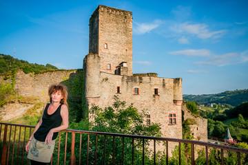 Femme devant le Château de Belcastel