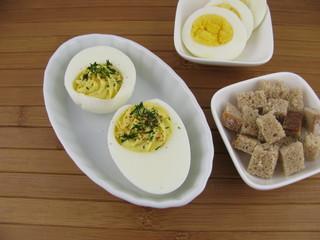 Gefüllte Eier mit Kräutern und Gewürzen