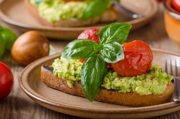 Avocado spread bread with baked tomato
