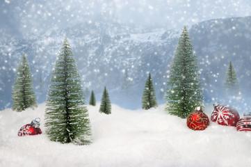 weihnachtliche Winterlandschaft mit Weihnachtsdekoration und Schneeflocken