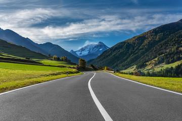Passstrasse in den Schweizer Alpen