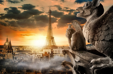 Photo sur Plexiglas Commemoratif Cloudy sky over Paris