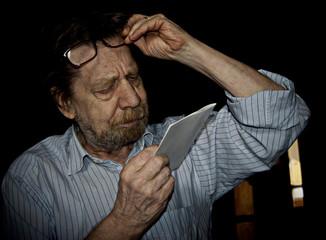 Uomo anziano miope, problemi di visivi.