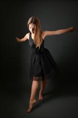 attrayante jeune femme danse