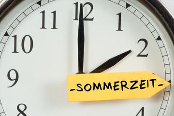 Eine Uhr wird auf Sommerzeit umgestellt