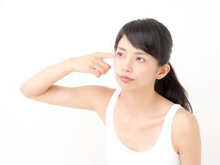 スキンケア・目元・悩む若い女性
