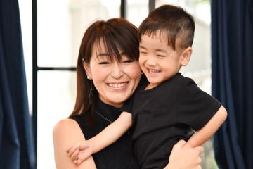母親に抱っこされる日本人の幼児
