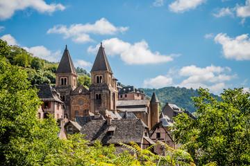 Vue sur le village de Conques en Rouergue