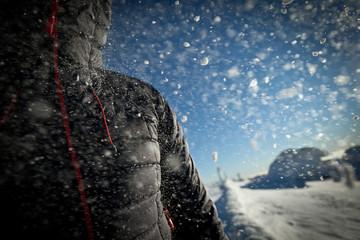 Daunenjacke im Schneesturm