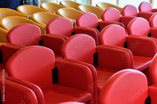 Poltrone comode rosse in una sala convegni