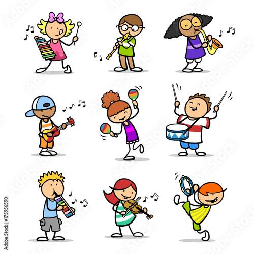 Moderne Weihnachtslieder Kindergarten.Cartoon Kinder Spielen Weihnachtslieder Zu Weihnachten Stockfotos