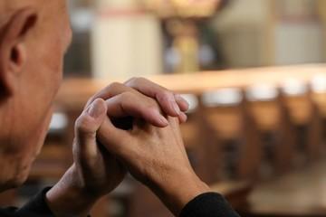 Gläubiger Christ betet in einer Kirche