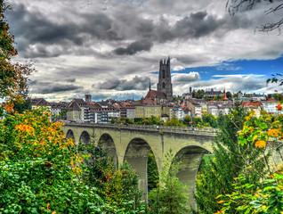Fribourg, vue sur le pont de Zaehringen et la cathédrale, Suisse
