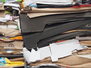 Recycling: Alte Verpackungen und Kartons gestapelt und gepresst fertig zur Abholung