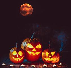 Хэллоуин тыквы на дереве в жуткий лес ночью