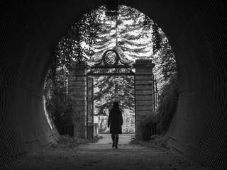 Femme marchant dans un passage du Château de Grouchy dans le Val d 'Oise en noir et blanc
