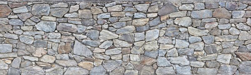 grobe Natursteinmauer