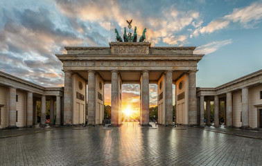Photo sur Aluminium Berlin Sonnenuntergang hinter dem Brandenburger Tor in Berlin, Deutschland