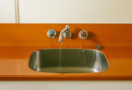 Sink and Faucet en Orange