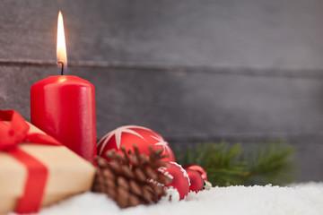Dekoration zu Weihnachten mit roter Kerze