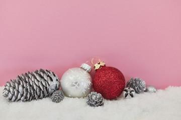 Rosa Hintergrund mit Dekoration zu Weihnachten