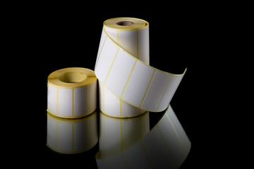 Etiquetas de impressão em rolos isolado em fundo preto.